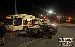 В Кривом Роге коммунальный автобус и легковой автомобиль попали в ДТП, пострадал человек
