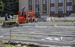 В Кривом Роге напротив райисполкома меняют тротуарную плитку