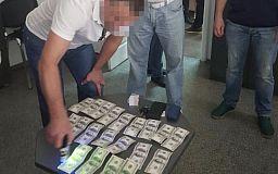 Правоохранители задержали чиновника горсовета Днепра, требовавшего 2000 долларов взятки