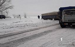 В Пятихатском районе спасатели вытащили фуру из кювета