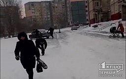 Из-за порыва труб Кривбассводоканала жители 5-го Заречного уже больше месяца ходят по сплошному гололеду, а автомобилисты выезжать на тротуар