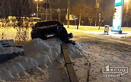 Криворожанка за рулем BMW снесла столб