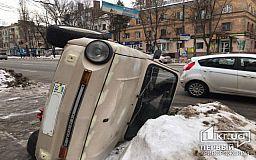 В Кривом Роге неизвестные перевернули авто на 97 квартале