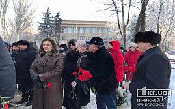 Без слів подяки й привітань із Днем Соборності чиновники мовчки поклали квіти біля одного з меморіальних комплексів Кривого Рогу