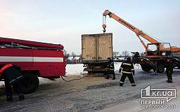 Спасатели помогли водителю грузовика выбраться из снежной ловушки в Криворожском районе