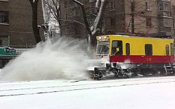 К работе приступает снегоуборочный трамвай, криворожан просят убрать авто