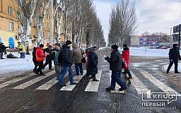 Затруднено движение в центре Кривого Рога: горожане, недовольные качеством и стоимостью проезда в маршрутках ходят по «зебре»