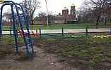 Вандалы поломали забор на детской площадке и побили урны в криворожском парке, охраняемом муниципалами
