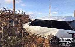 ДТП в Кривом Роге: внедорожник влетел в дом после столкновения с такси