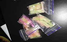 У криворожанки обнаружили 44 разноцветные трубочки с метамфетамином