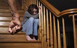 За изнасилование 13-летней внучки в Кривом Роге судят пенсионера