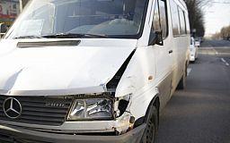 В Кривом Роге перед кольцом столкнулись автобус и маршрутка