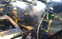 В Кривом Роге сгорел Москвич в гараже и крыша летней кухни