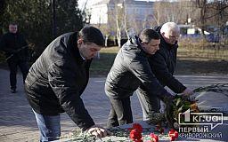 Криворізькі чиновники поклали квіти до пам'ятника жертвам Голодомору і політичних репресій
