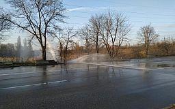 Бесплатная автомойка: в Кривом Роге вода огромным напором шурует из трубы