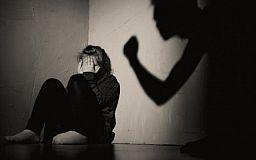 В Кривом Роге судят мужчину, забившего до смерти сожительницу из-за ревности
