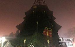 В Кривом Роге начали устанавливать главную новогоднюю елку