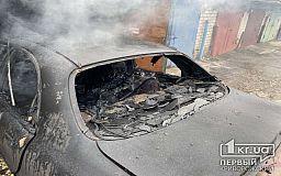 У згорілій автівці рятувальники виявили тіло чоловіка