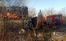 Пожарные Кривого Рога потушили пылающее заброшенное здание