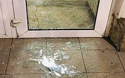 Задержан пьяный криворожанин, разбивший двери офисного здания
