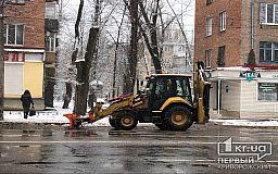 45 единиц спецтехники убирают снег и посыпают улицы в Кривом Роге