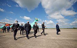 Зеленский прилетел в Кривой Рог первым рейсовым самолетом из Киева