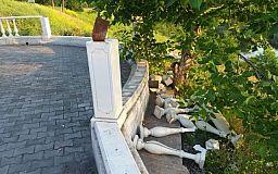 Вандалы в Кривом Роге сломали часть ограждения смотровой площадки