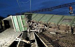 Через сходження з рейок 8 вантажних вагонів пасажирські поїзди затримуються