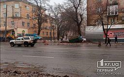 Во время ремонтных работ грузовик провалился в яму