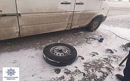 Патрульные помогли водителю заменить колесо на авто