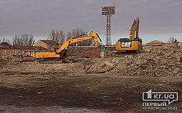 Осталась одна трибуна: со стадиона «Металлург» вывозят мусор