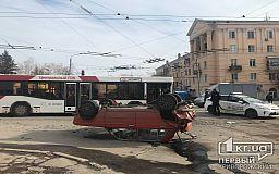 ДТП в Кривом Роге: автобус ЦГОКа и ВАЗ столкнулись на светофоре