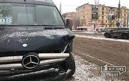 На заснеженной дороге в ДТП попали маршрутка и легковушка