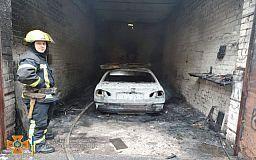 В Кривом Роге спасатели ликвидировали возгорание легкового автомобиля в гараже