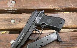 Патрульная полиция Кривого Рога обнаружила пистолет у пьяного мужчины