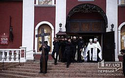 Панахида в церкви закончилась — тело Константина Павлова везут на кладбище