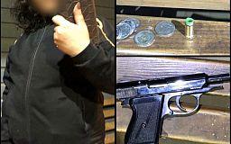 На остановке общественного транспорта криворожанка размахивала пистолетом