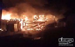 Ночью в частном секторе сгорели авто, гараж и частный дом