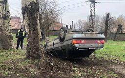 В Кривом Роге легковушка перевернулась на крышу в результате ДТП