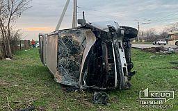 В Кривом Роге микроавтобус въехал в столб и перевернулся на бок