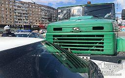 На оживленном перекрестке в Кривом Роге столкнулись КрАЗ и Mazda