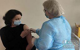 Криворожских педагогов начали вакцинировать от коронавируса