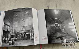 Бібліотека у Кривому Розі отримала унікальну 3D книгу про знищені церкви Лівобережної України