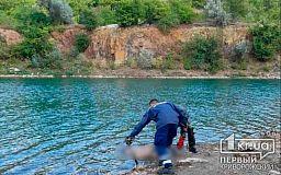На выходных криворожские спасатели достали тело утонувшего мужчины из карьера