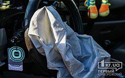 Столб рухнул на авто: пострадали двое криворожан
