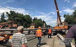 Перекрыта дорога: на автовокзале устанавливают новый столб