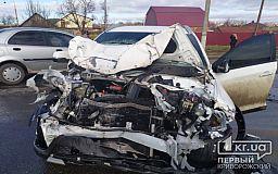 Трое криворожан пострадали в результате лобового столкновения легковушки и грузовика