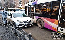 Троллейбус и легковушка столкнулись в центре Кривого Рога