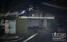 Ночью спасатели тушили пылающий гараж