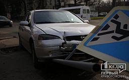 В Кривом Роге легковушка снесла знак пешеходного перехода и врезалась в светофор
